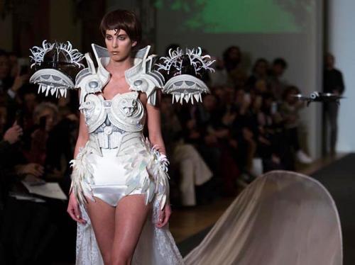 robe de mariée, on aura tout vu, parrot, collaboration, haute couture, union, haute technologie, drones civils,